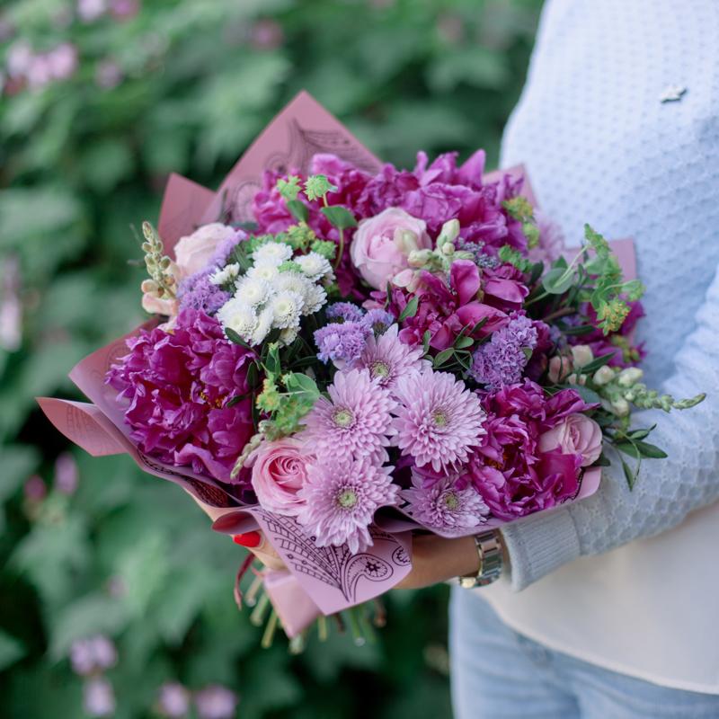 Букет с пионами, хризантемой и розами с доставкой