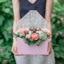Конвертик с хризантемами, розой и орхидеей с доставкой