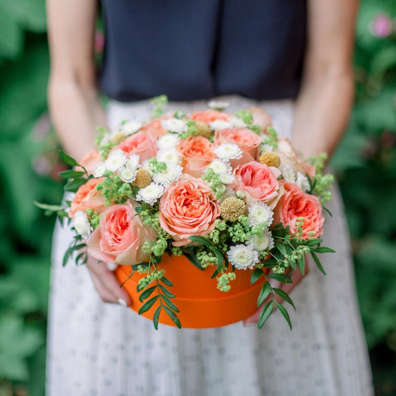 Коробка с розами, хризантемой и зеленью с доставкой