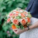 Коробка с розами, хризантемой и зеленью купить