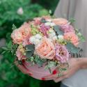 Коробка с розами, лизиантусом и эвкалиптом купить