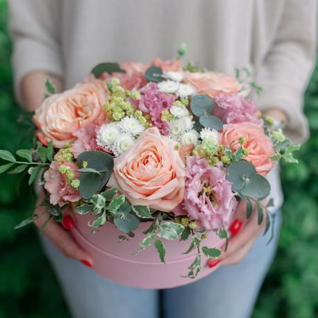 Коробка с розами, лизиантусом и эвкалиптом
