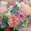 Коробка с розами, лизиантусом и эвкалиптом заказать