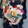 Букет в стаканчике с розами, гвоздикой и лизиантусами