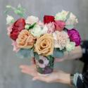 Букет в стаканчике с розами, гвоздикой и лизиантусами заказать
