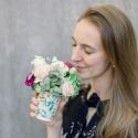Букет в стаканчике с розами, гвоздикой и лизиантусами купить