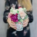 Букет в стаканчике с розами, гвоздикой и лизиантусами с доставкой