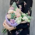 Букет с кремовыми и сиреневыми розами, лизиантусом и эвкалиптом с доставкой