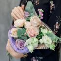 Букет с кремовыми и сиреневыми розами, лизиантусом и эвкалиптом купить