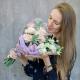 Букет с кремовыми и сиреневыми розами, лизиантусом и эвкалиптом