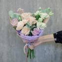 Букет с кремовыми и сиреневыми розами, лизиантусом и эвкалиптом заказать