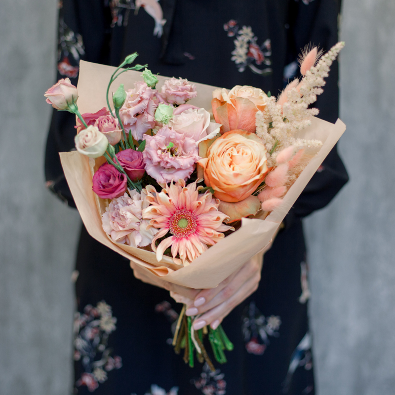 Букет с герберой, розами и лизиантусом с доставкой