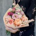 Букет с герберой, розами и лизиантусом купить