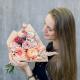 Букет с герберой, розами и лизиантусом