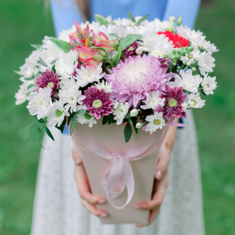Букет в коробке с хризантемами и альстромериями