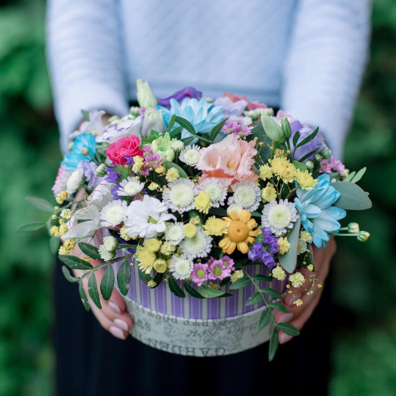 Коробка с хризантемами, лизиантусом и розами с доставкой