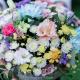 Коробка с хризантемами, лизиантусом и розами