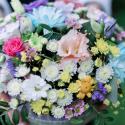 Коробка с хризантемами, лизиантусом и розами купить