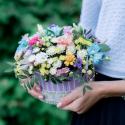 Коробка с хризантемами, лизиантусом и розами заказать