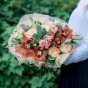 Букет с орхидеями, розами и лизиантусом