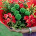 Букет с кустовыми розами и кустовой хризантемой купить