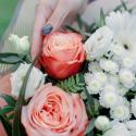 Букет с белыми герберами, розами и лизиантусом купить