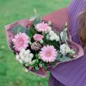 Букет с розовыми герберами, хризантемами и лизиантусом купить