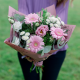 Букет с розовыми герберами, хризантемами и лизиантусом