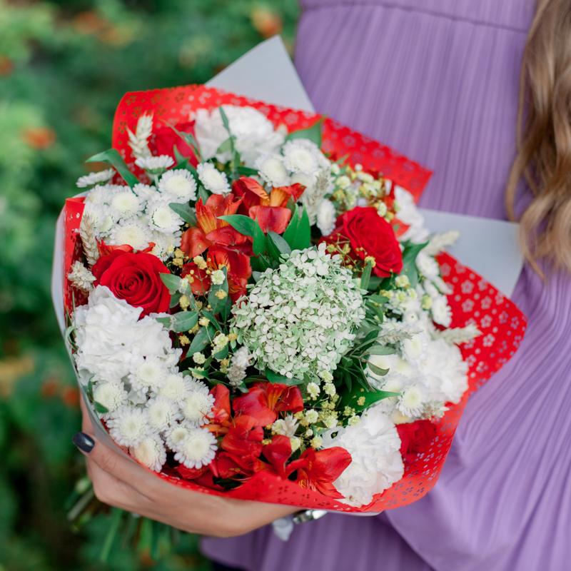 Букет с красными розами, альстромериями и белыми гвоздиками с доставкой