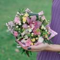 Букет мини с гвоздиками и розовой орхидеей купить