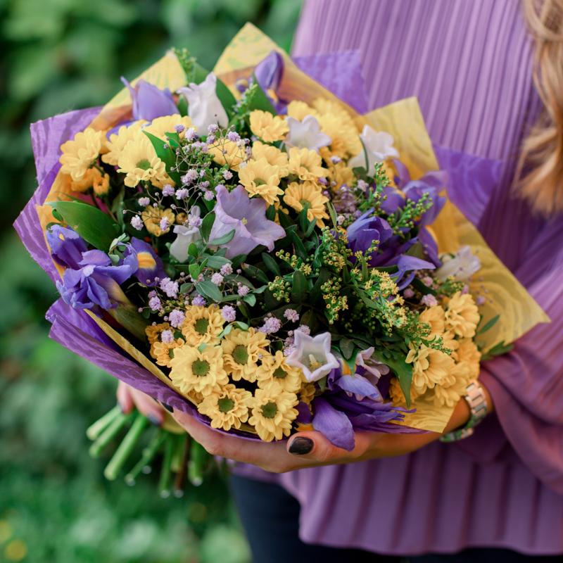Букет с колокольчиками, хризантемами и ирисами с доставкой
