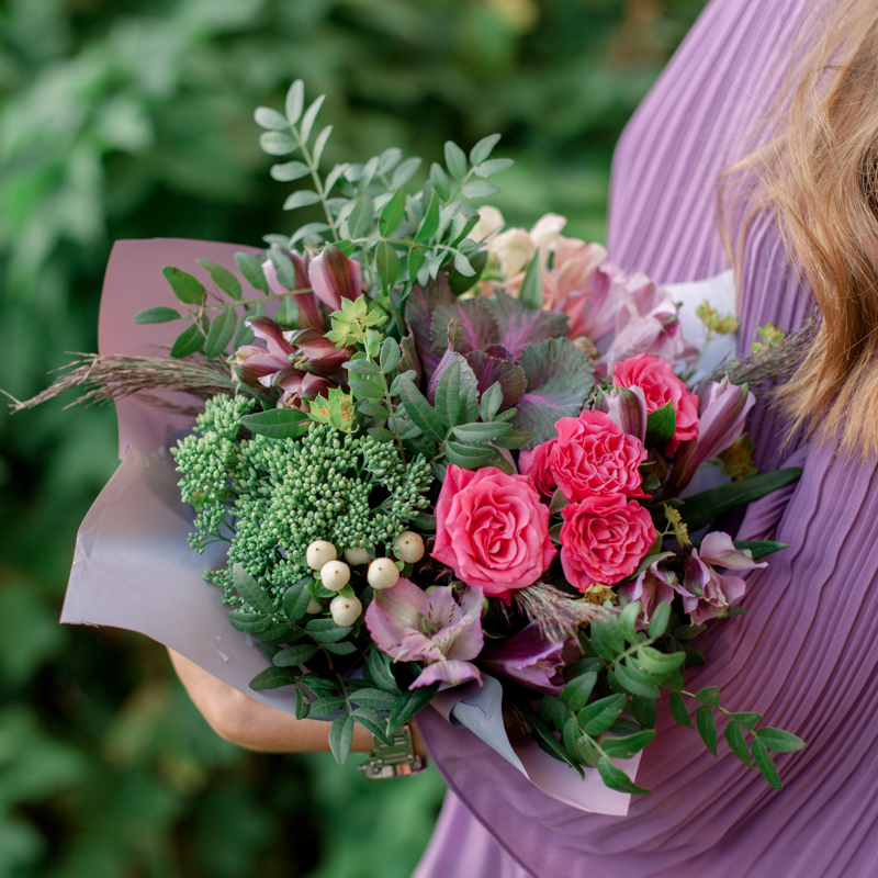 Букет с брассикой, кустовой розой и альстромерией с доставкой