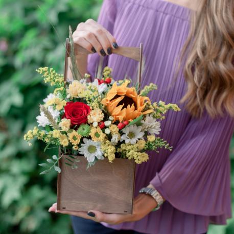 Букет с подсолнухом, хризантемами и розами в деревянном ящичке