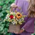 Букет с подсолнухом, хризантемами и розами в деревянном ящичке с доставкой