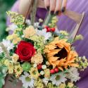 Букет с подсолнухом, хризантемами и розами в деревянном ящичке купить