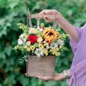Букет с подсолнухом, хризантемами и розами в деревянном ящичке заказать