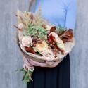 Букет с зеленой гортензией, розами и дубовыми веточками с доставкой