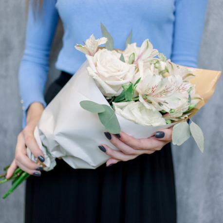 Букет с кремовыми розами и белыми альстромериями