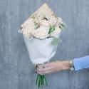 Букет с кремовыми розами и белыми альстромериями заказать