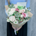 Букет с розами, лизиантусами и эвкалиптом