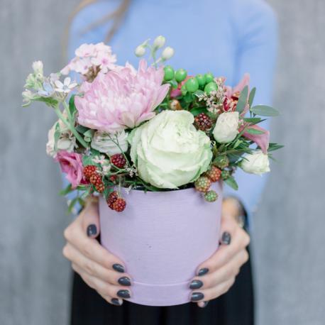 Шляпная коробка с орхидеей, розами и хризантемой