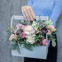 Деревянный ящичек с пионовидными розами, гвоздикой и лизиантусом купить