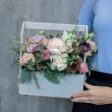 Деревянный ящичек с пионовидными розами, гвоздикой и лизиантусом с доставкой