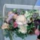 Деревянный ящичек с пионовидными розами, гвоздикой и лизиантусом