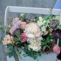 Деревянный ящичек с пионовидными розами, гвоздикой и лизиантусом заказать