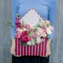 Конвертик с пионом, пионовидными розами и лизиантусом купить