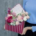 Конвертик с пионом, пионовидными розами и лизиантусом с доставкой