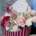 Конвертик с пионом, пионовидными розами и лизиантусом заказать