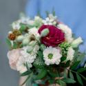 Букет в стаканчике с розами. хризантемами и ягодками заказать