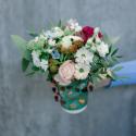 Букет в стаканчике с розами. хризантемами и ягодками